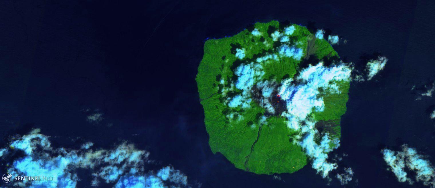 Manam - les deux cratères correspondent aux 2 points chauds sur cette image Sentinel 2 bands 12,11,4 / 11.12.2018