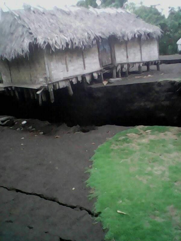 "Ambrym - crack following volcanic earthquakes putting a ""long house"" cantilevered - photo Vanuatu Red Cross 17.12.2018"