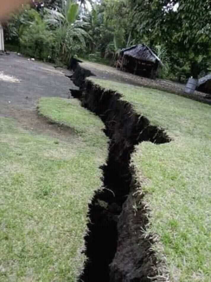 Ambrym - fissureappeared after volcanic earthquakes - photo 17.12.2018 Dan McGarry / Twitter