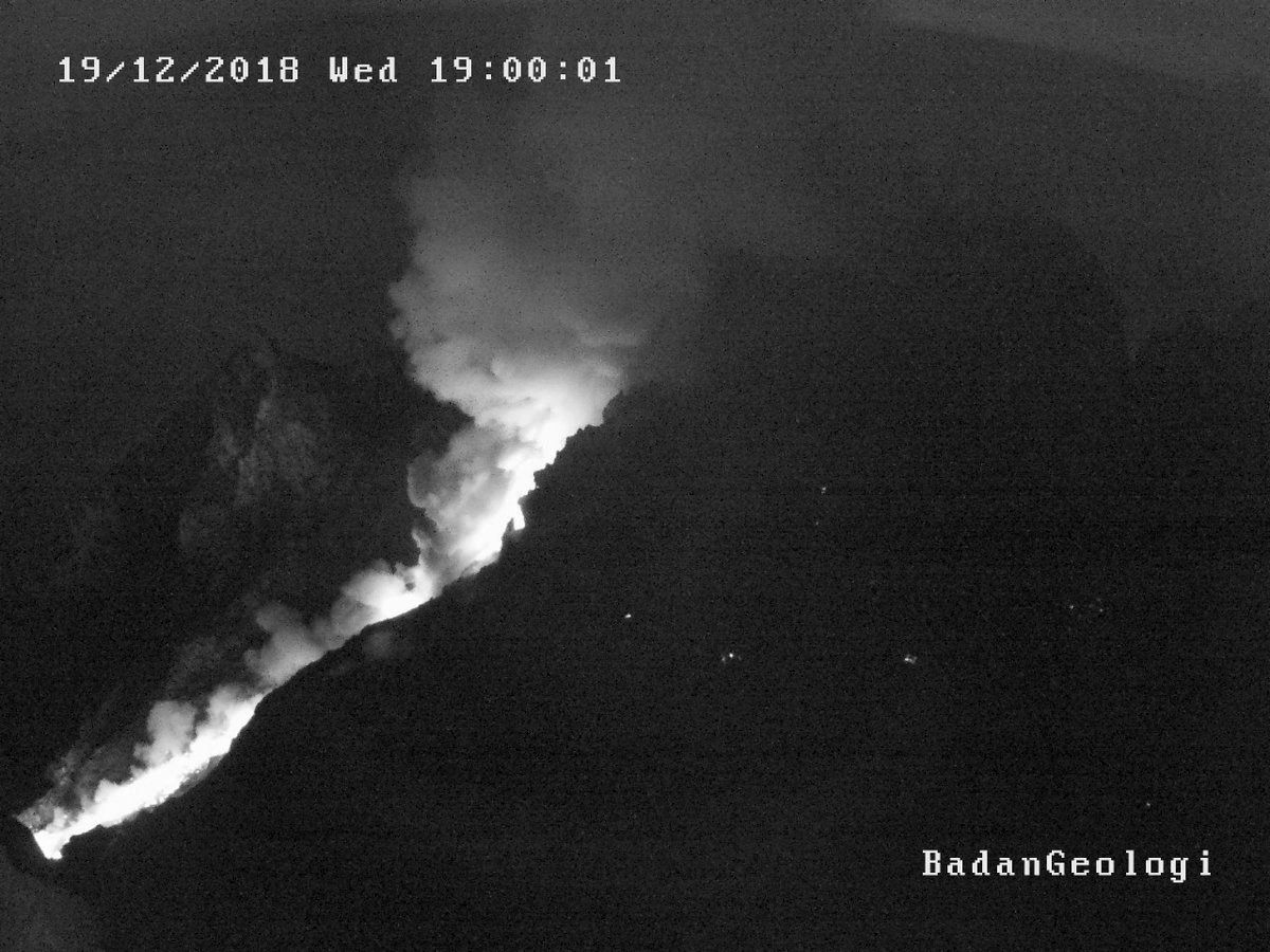 Summit and dome of the Merapi 19.12.2018 at 12:30 and 19:00 - the glow seems to mark a debris flow - Doc.BPPTKG