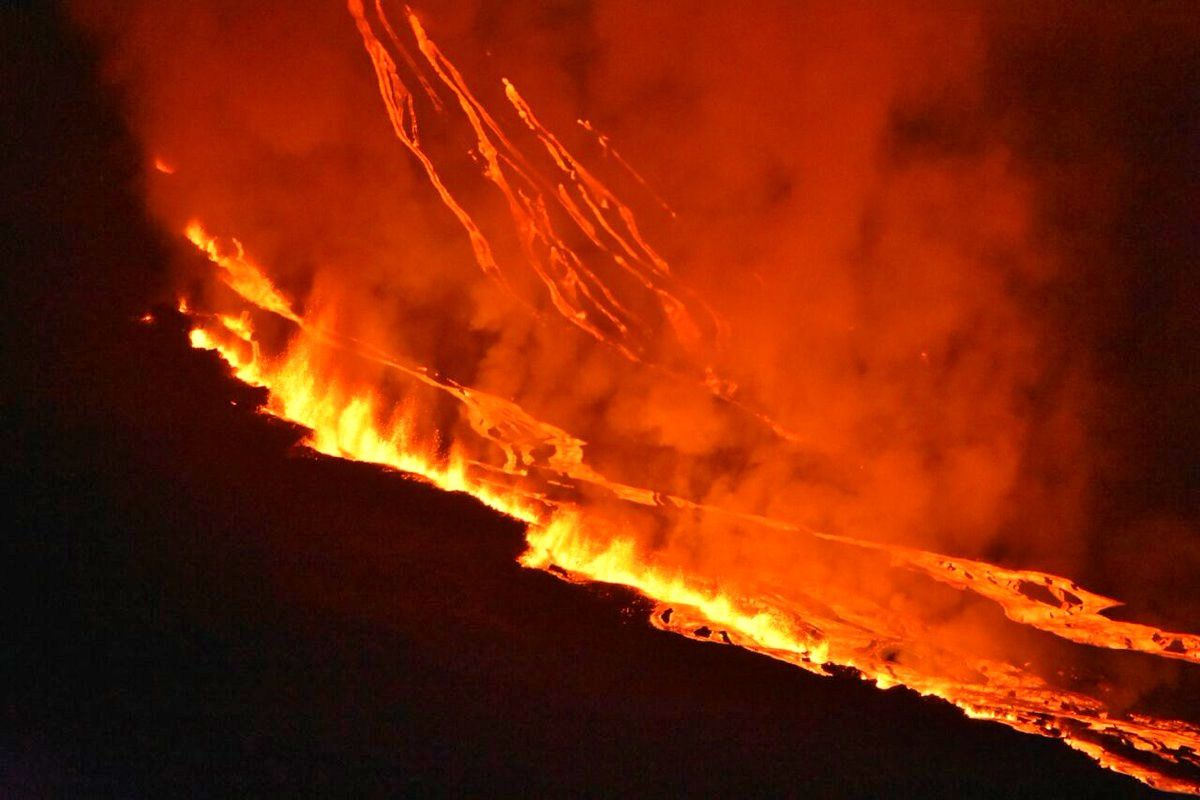 Fernandina - lava fountains on cracks in echelon 16.06.2018 - photo Dr. Marcelo Izquierdo