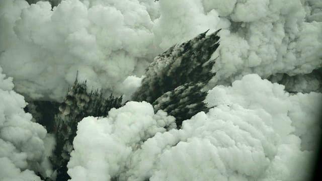 Anak Krakatau - 23.12.2018 - gerbes cypressoïdes noires et panache blanc de vapeur - photos Kumparan – by Dicky Adam Sidiq mises en ligne vers 16h WIB