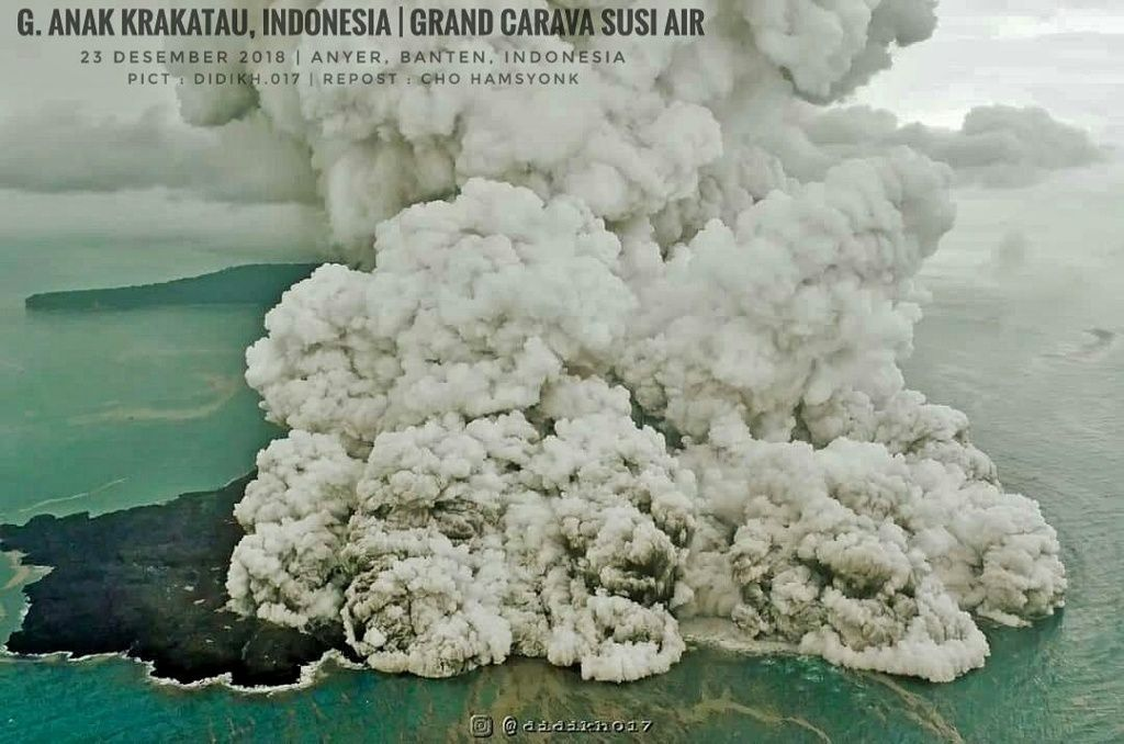 Anak Krakatau - activité surtseyenne du 23.12.2018 - remarquez la cicatrice d'effondrement à gauche du blast sur la photo du dessus - et l'effondrement du panache engendrand le blast sur la photo du dessous - photos Grand Carava Susi Air via BNPB