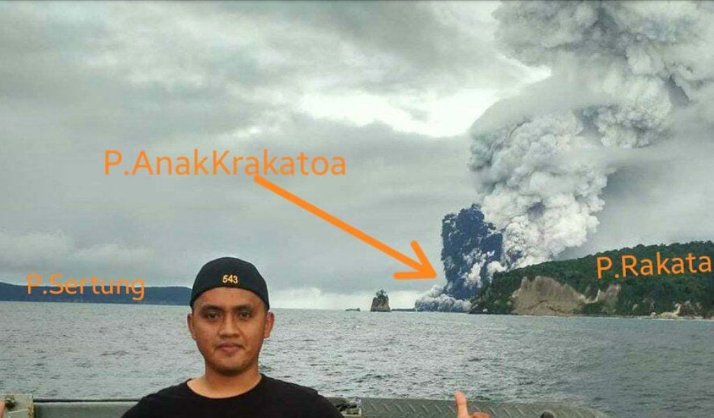 "Anak Krakatau - 26.12.2018 - we can see ""the remains of the cone"" between the islands - photo Du2nZizouEffenberg / Twitter"