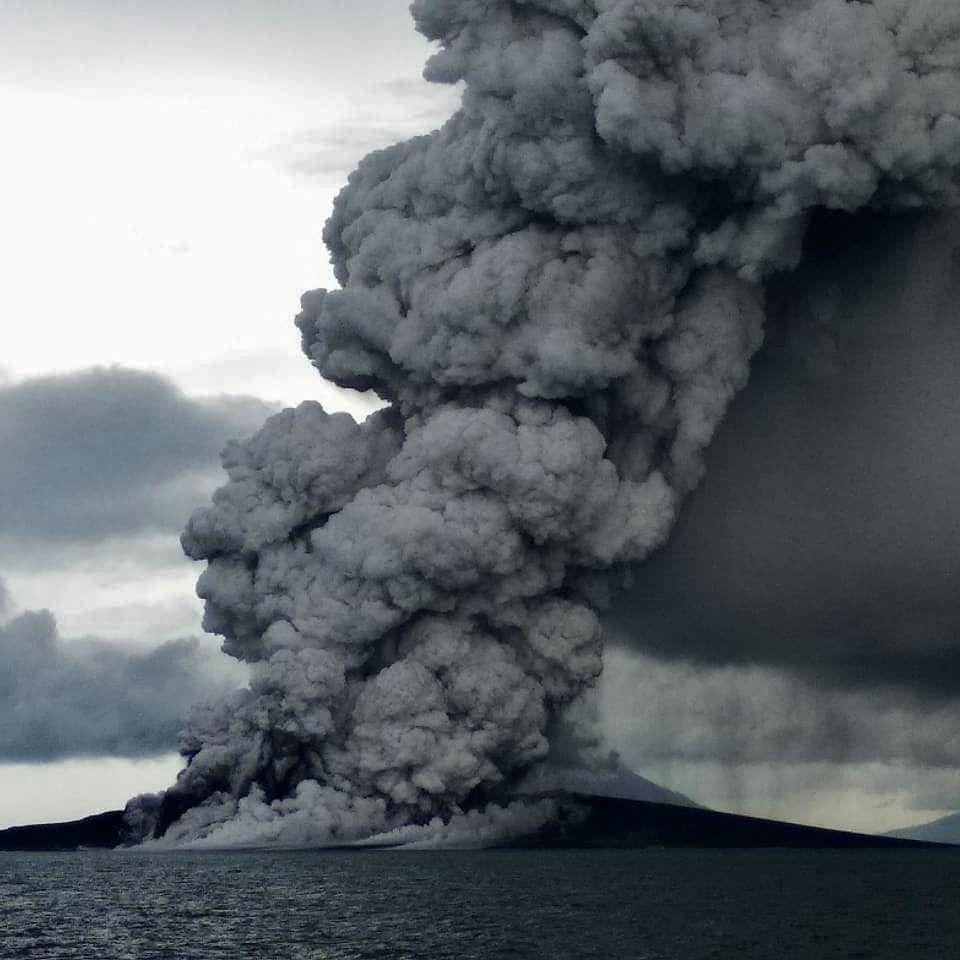 Anak Krakatau - panache du 26.12.2018 -  Photo de sukamdani_gunners543 Indonesian navy warship