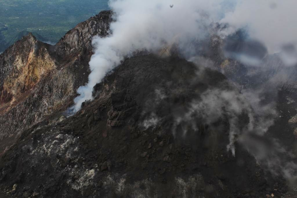 Merapi -  the summit dome degassing 27.12.2018 - photo Sukiman Lintas Merapi / Twitter