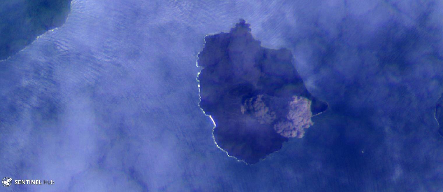 Anak Krakatau - images Sentinel-2 image bands 4,2,1 , respectivement le 29.12.2018 (haut) et le 14.11.2018 (bas) , soit avant et après le tsunami