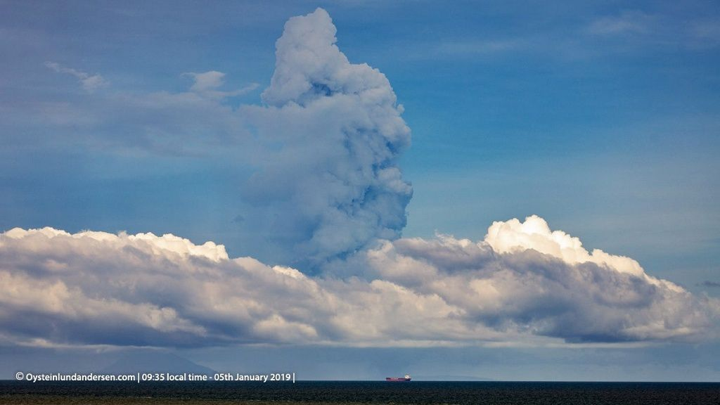 Anak Krakatau - plume of steam, then ashes on 05.01.2019, at 9:05 and 9:35 local - photos Oystein Lund Andersen
