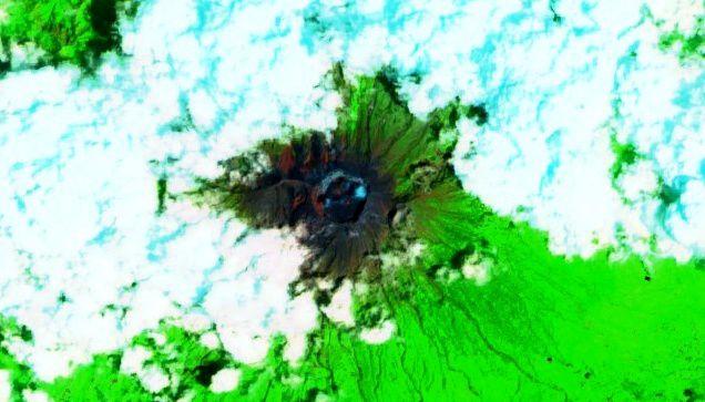 Agung - image Sentinel-2 image on bands 12,8A,4  SWIR / 08.01.2019, révélant quelques hot spots dans le cratère.