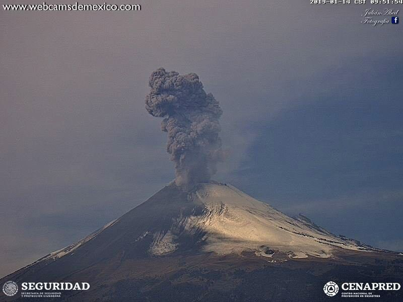 Popocatépetl - exhalations du 14.01.2019, respectivement à 9h51 et 13h34 - images webcamsdeMexico