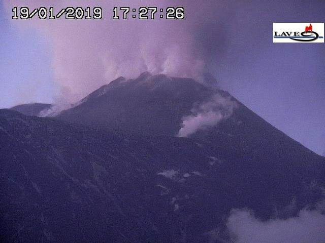 Etna - 19.01.2019 / 17h27 - fumaroles at the foot of the NSEC and ash emission at NE crater - webcam Lave