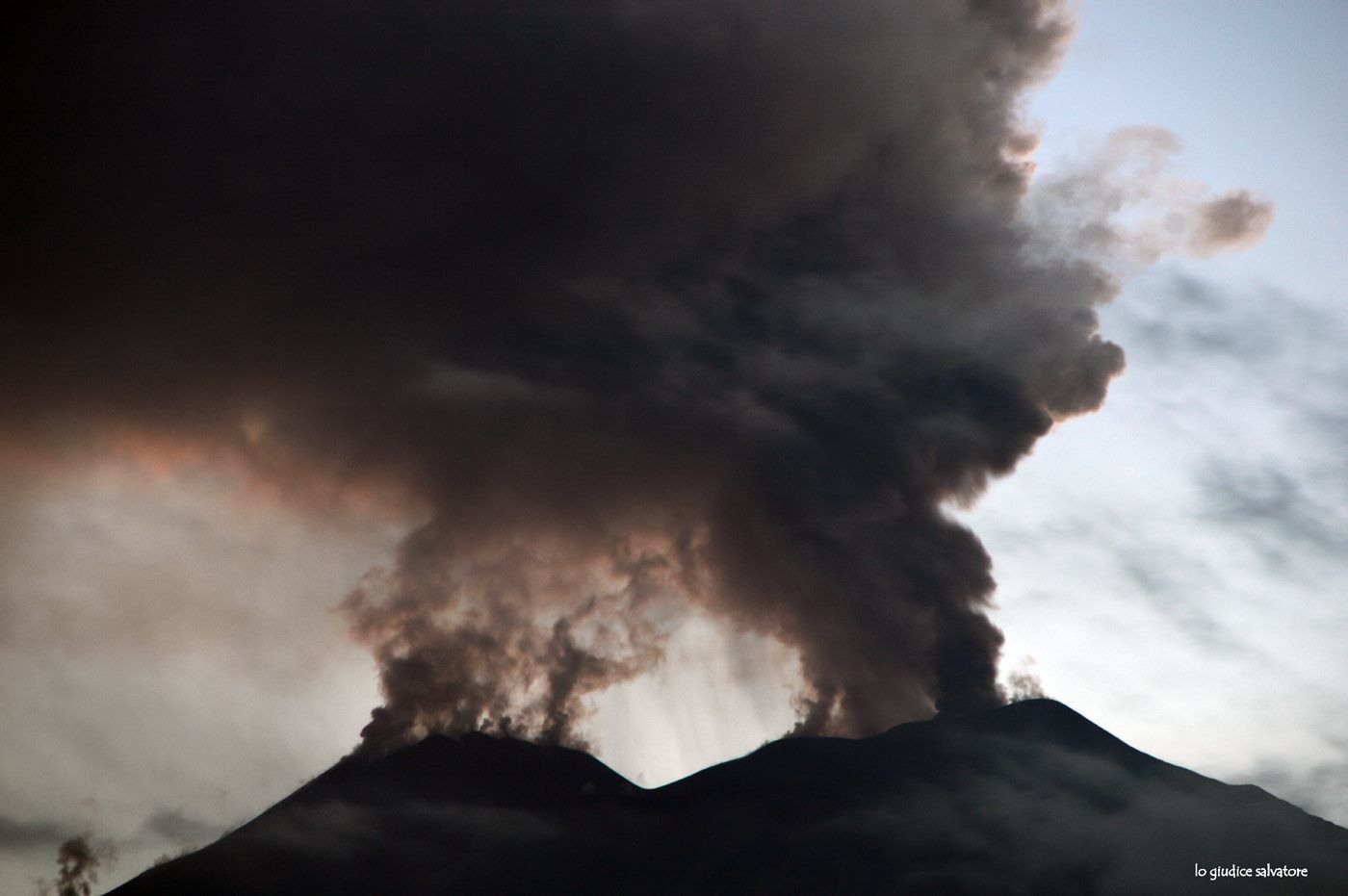 Etna - 19.01.2019 / 18h - émission de cendres au cratère NE - photo Salvatore Lo Giudice
