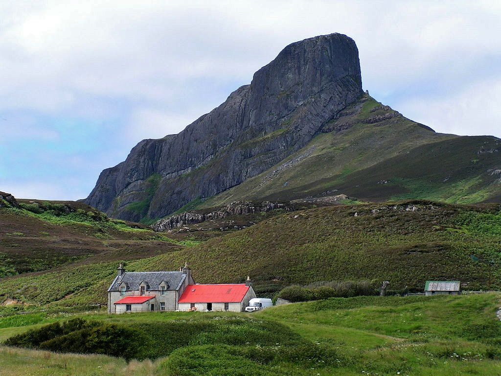 An Sgùrr est la plus haute colline de l'île d'Eigg - photo James Gray