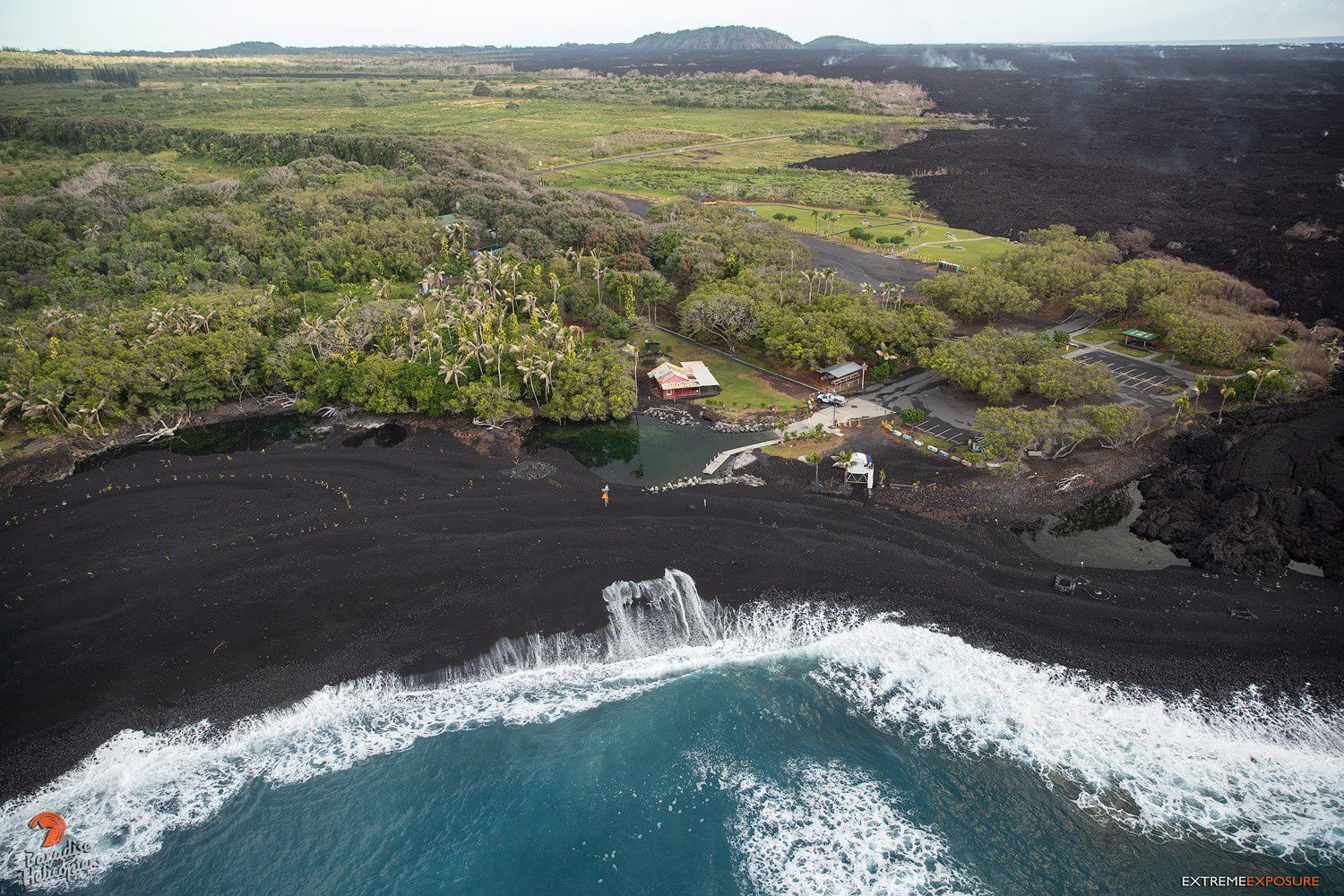 Kilauea East Rift Zone - Pohoiky bay and its new volcanic sand beach pierced by some water bodies trapped - photo Bruce Omori 25.01.2019