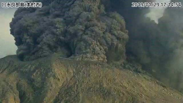 Kuchinoerabujima on 29.01.2019, respectively at 17:14 and 17:16, where we can see a pyroclastic flow developping - JMA webcam