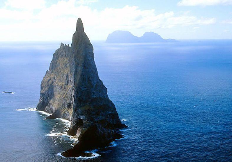 Balls pyramid est un pinacle volcanique haut de 552 m.localisé à 24 km au sud de Lord Howe island - photo Gosford sailing club