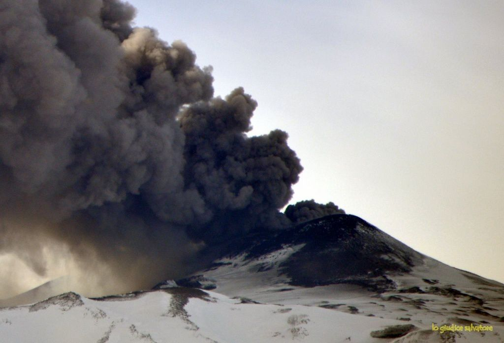 Etna - ash emission from the northeast crater 08.02.2019 - photo from Linguaglossa / Salvatore Lo Giudice