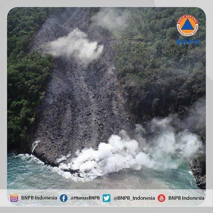 Karangetang - arrivée de la coulée en blocs à la mer - photo BNPB 11.02.2019
