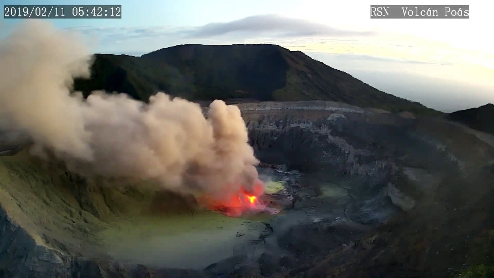 Poas - incandescence, plume and crater floor covered with yellowish deposits - RSN webcam