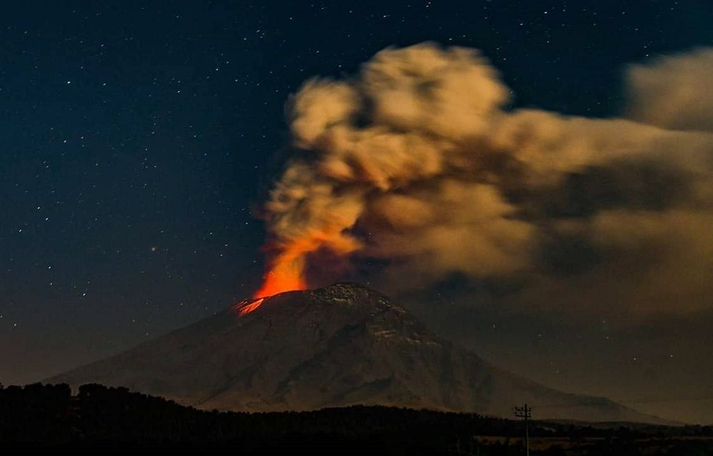 Popocatepetl - Strombolian episode seen by Paso de Cortés 15,02,2019 - photo Luis Garcia / Twitter