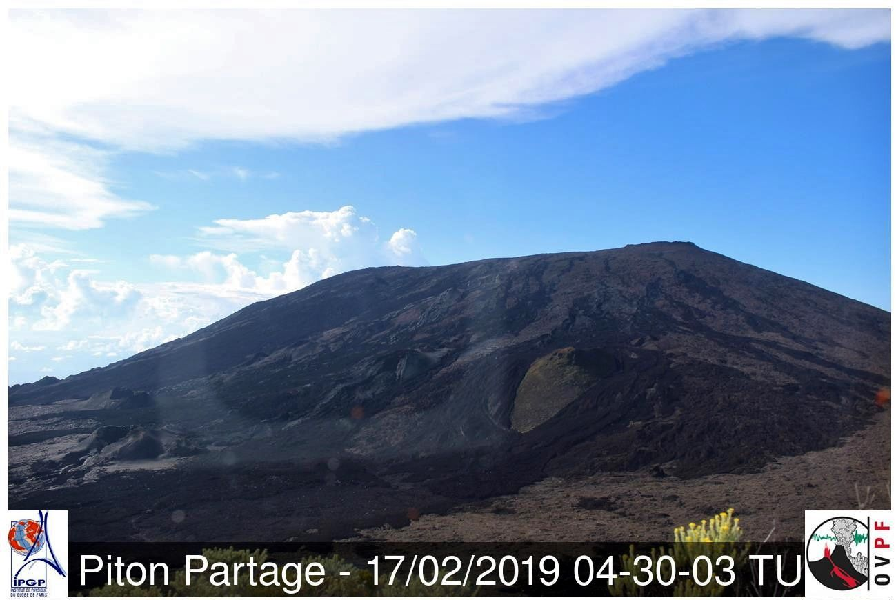 Piton of La Fournaise - 17.02.2019 / 4:30 UTC - webcam Piton Partage / OVPF