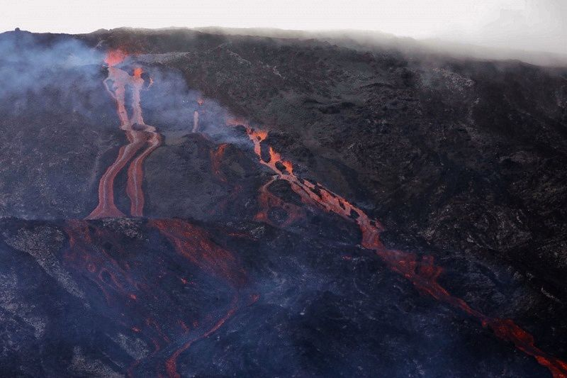 Piton de La Fournaise - at least two cracks and ten lava fountains feed streams on steep slopes - photo rb / ipreunion 18.02.2019