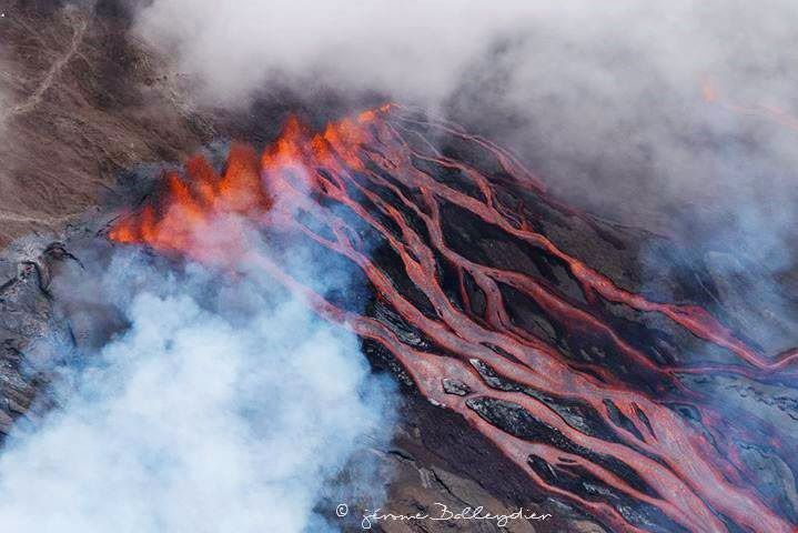 Piton de la Fournaise - 18.02.2019 - the high-rise lava fountains and the flows in the steep slope - photo Jérôme Balleydier via Fournaise info