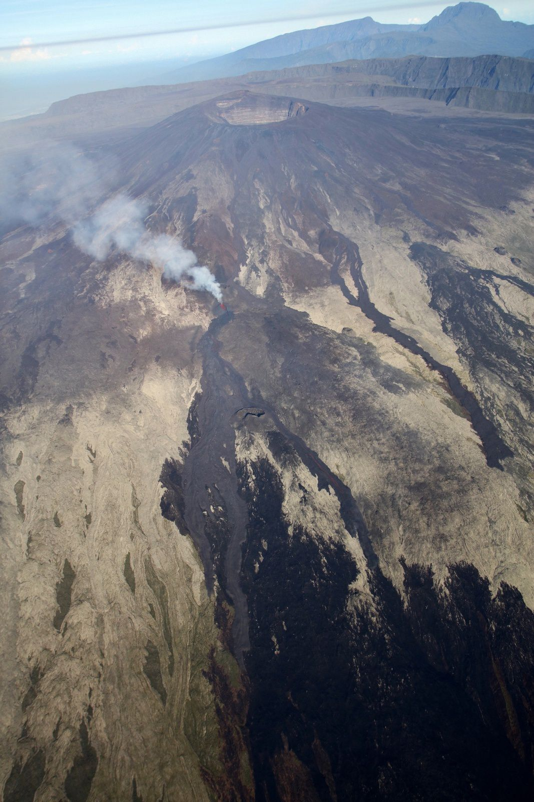Piton de La Fournaise - 22.02.2019 / 7.30am - The casting is divided into two arms (in medium gray on the black marks of the January fire) - photo OVPF