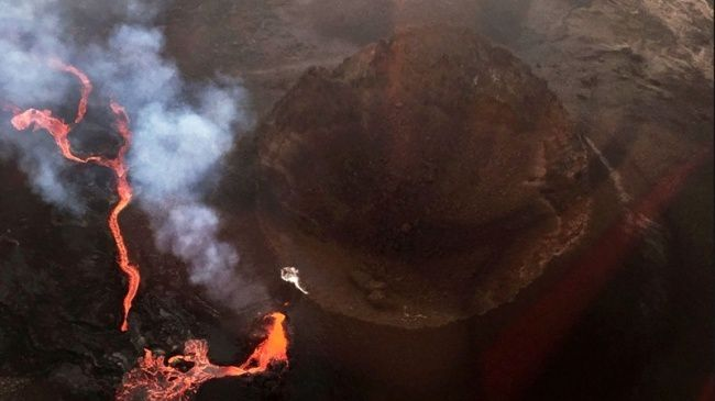 Piton de La Fournaise - opening of a new crack on the side of the Piton Madoré - photo Sarah Mallet / via Imazpress and other sites.