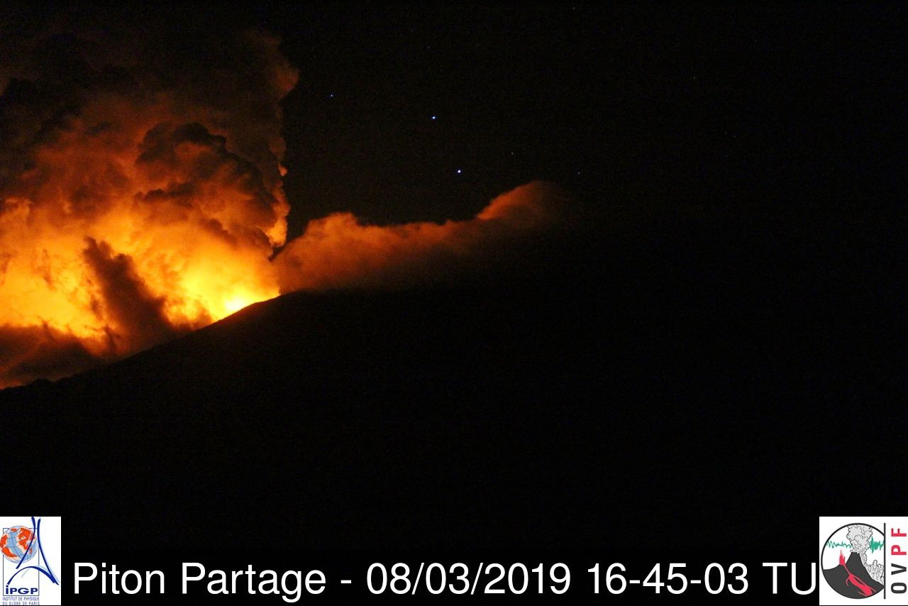 Piton de La Fournaise - reverberation on the clouds, seen by the Piton Partage webcam this 08.03.2019 / 16h45 UT - OVPF