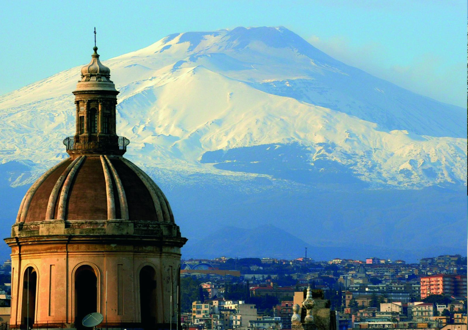 L'Etna domine la ville de Catania - photo Dossier presse Arte Tv