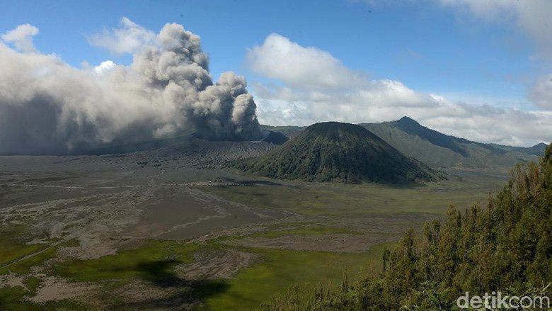 Bromo - eruptive activity continues on March 22, 2019 - photo Detik news