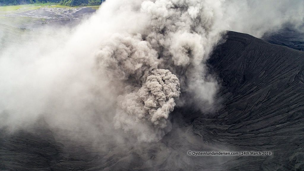 Bromo - development of the plume in the crater on 24.03.2019 - photo by drone / Øystein Lund Andersen