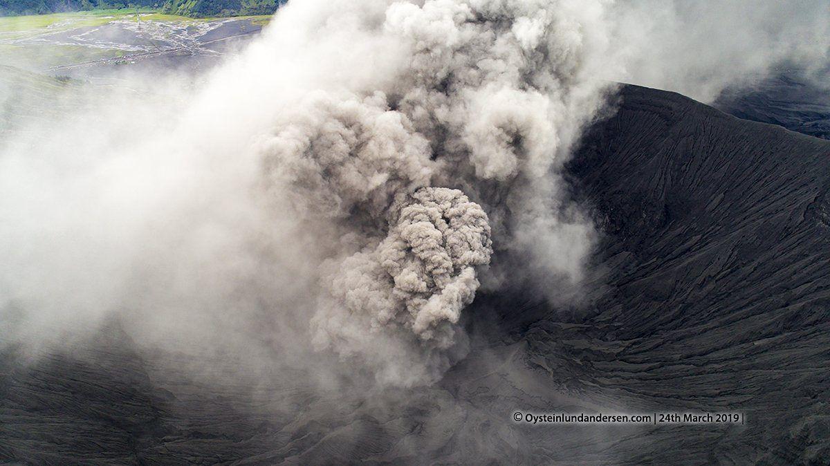 Bromo - développement du panache dans le cratère ce 24.03.2019 -  photo réalisée par drone / Øystein Lund Andersen