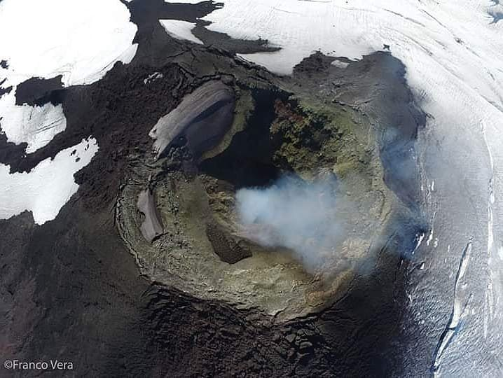 Villarica - 27.03.2019 - the lava lake is covered by a crust and supports a cone spatter - photo Franco Vera / Volvanologia Chile