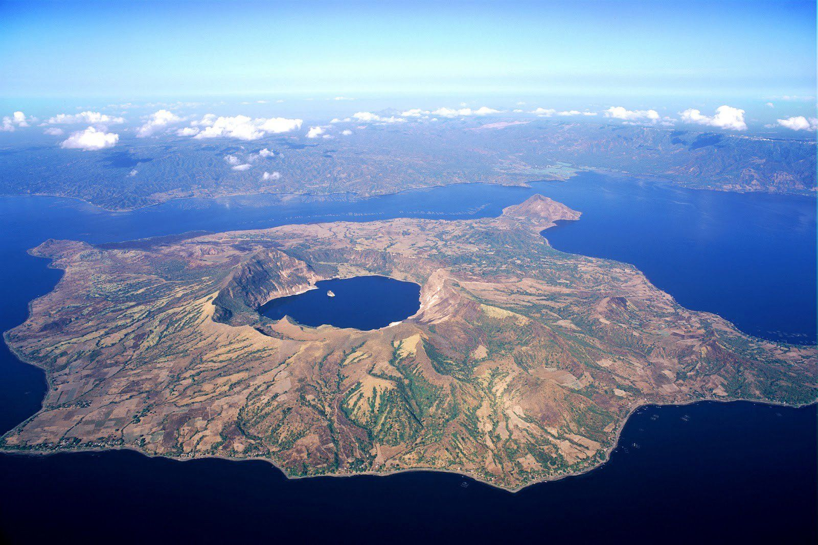 Le volcan Philippin Taal - photo Geologically.