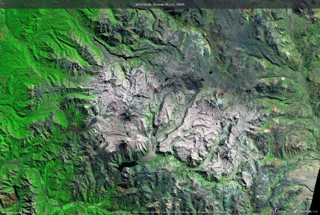 Descabezado Quizapu volcan - le sommet occupé par la glace en bleu au centre gauche de l'image Sentinel 2A L1C via Coperncus 09.04.2019