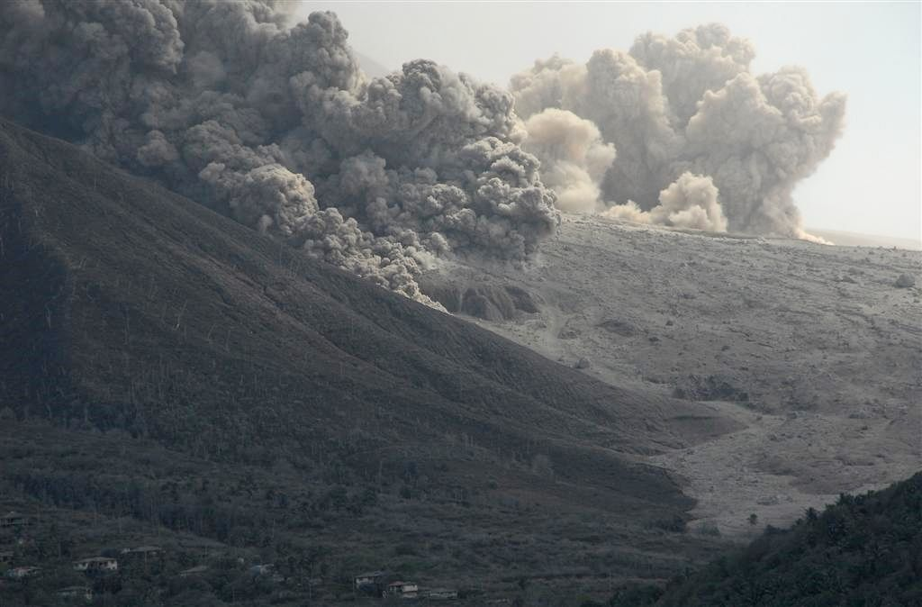 Montserrat 11.2009 - pyroclastic flows in Gages valley - one click to enlarge / the scale is given by houseson the left - photo © Thierry Sluys
