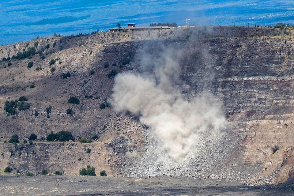 Kilauea sommet - 25.04.2019 - chute significative de roches a été observée depuis la Volcano house, sous le Jaggar museum et le site de l'HVO inoccupés. - photo NPS / Janice Wei