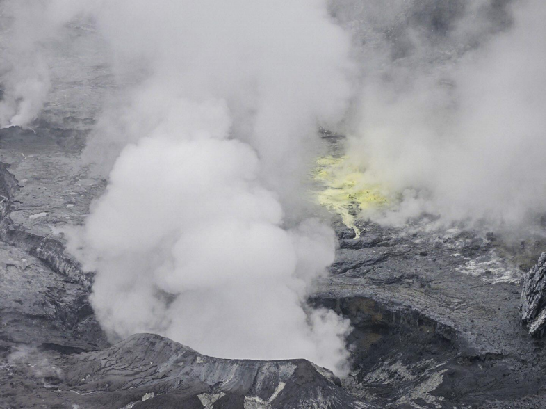 Poas - 11.05.2019 - Degassing and sulfur on the floor of the crater - photo Bryan Alvarado / RSN