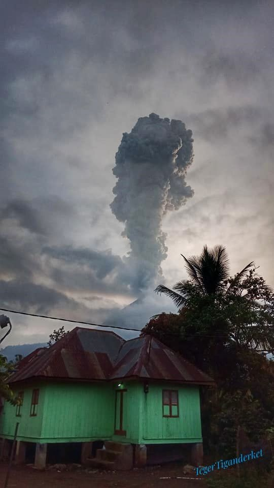 Sinabung - panache de cendres du 27.05.2019 /  6h29 - photo Teger Tiganderket via Mbah Lewa