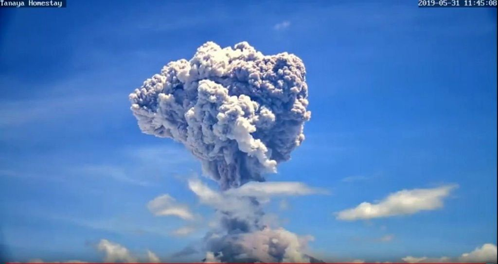 Agung - eruptive plume of 31.05.2019 at 11:45 and 11:50 WITA - photos Screen capture from VolcanoYT webcam. / via O.L.Andersen