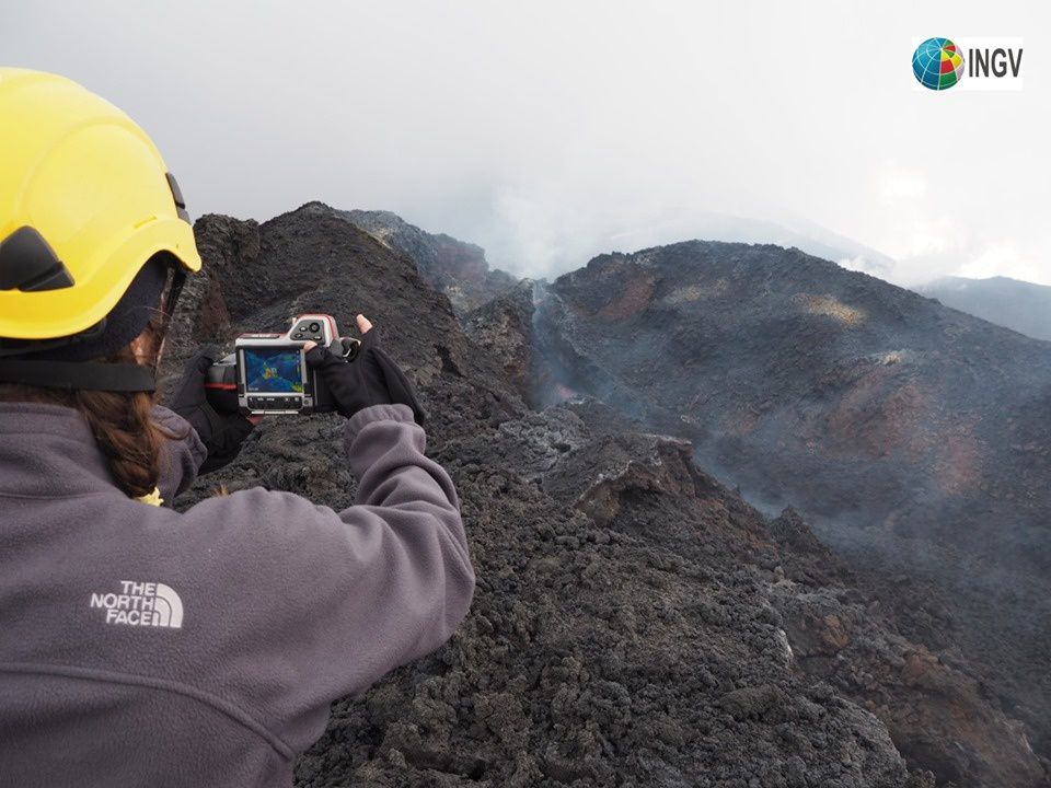 Etna 04.05.2019 - measurements at the thermal camera at altitude 2.85 meters at the site of emission of the active lava flow - photo Em. De Boni / INGV