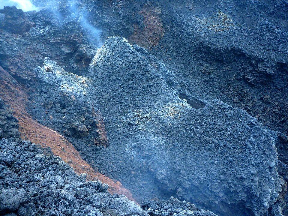 Etna NSEC - dégazage à l'hornito sur la faille à la base SE du nouveau cratère sud-est - photo 05.06.2019 Simona Scollo et Filippo Greco  / INGV Catania