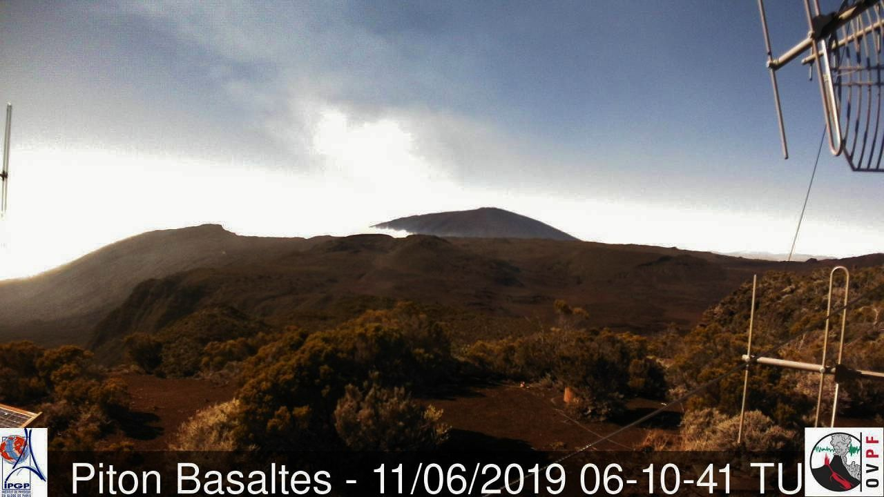 Piton de La Fournaise - white plume on 11.06.2019 / 6:10 UT - webcam OVPF piton Basalt