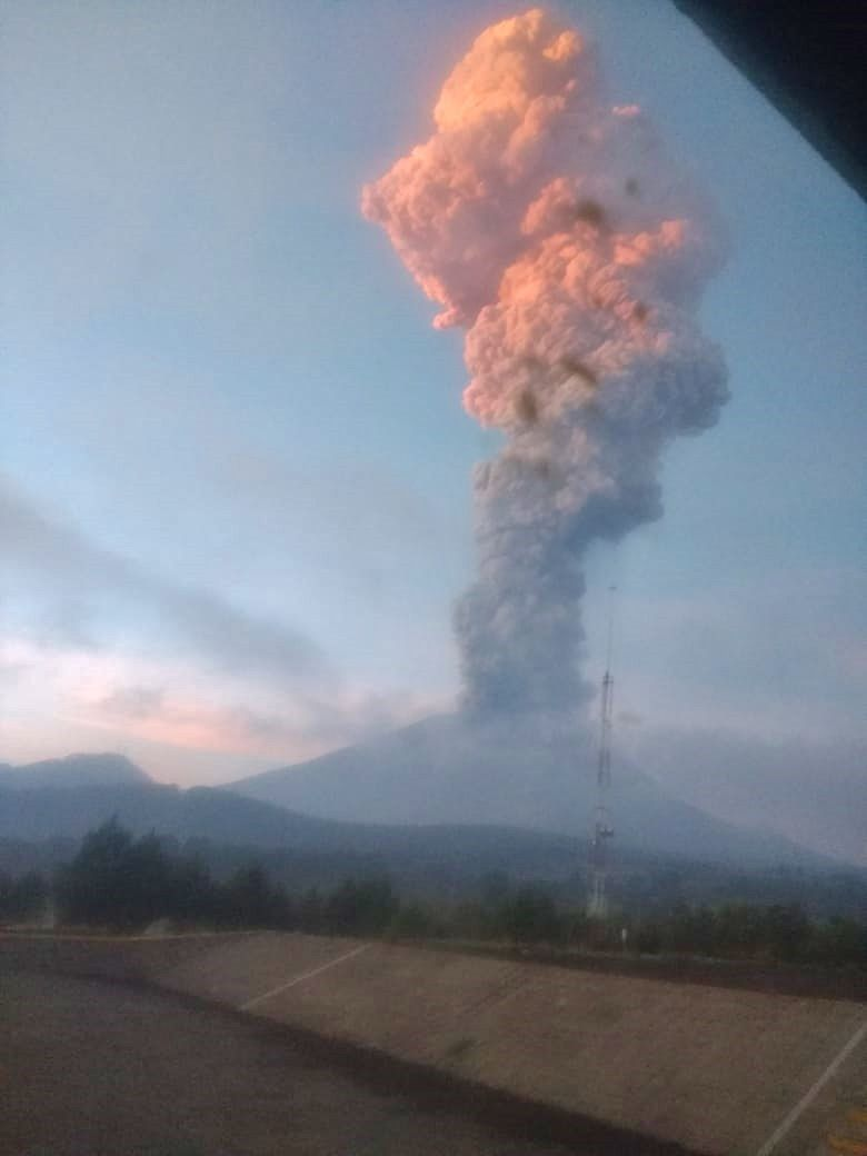 Popocatépetl - ash plume of the explosion of 17.06.2019 / 6h44 - photo via L.F. Puente