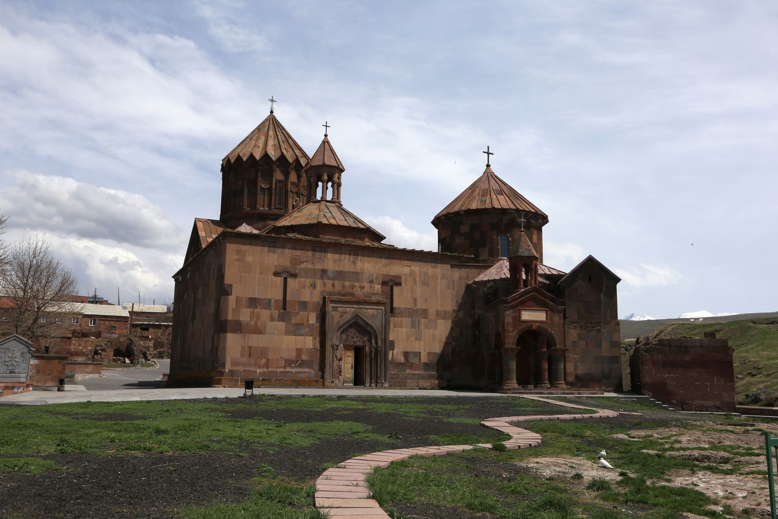 Haritchavank , le monastère d'Haritch avec ses églises, Sourp Astvatsatsin, Sourp Grigor et le gavit - photo © Bernard Duyck 2019