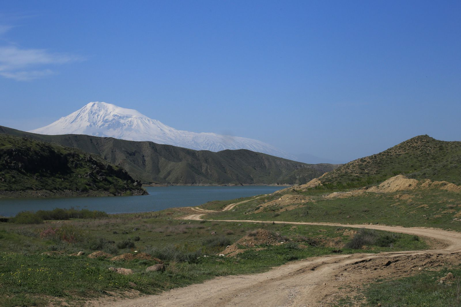 The track along the reservoir Azat-Zabasen and Grand Ararat - photo © Bernard Duyck 2019