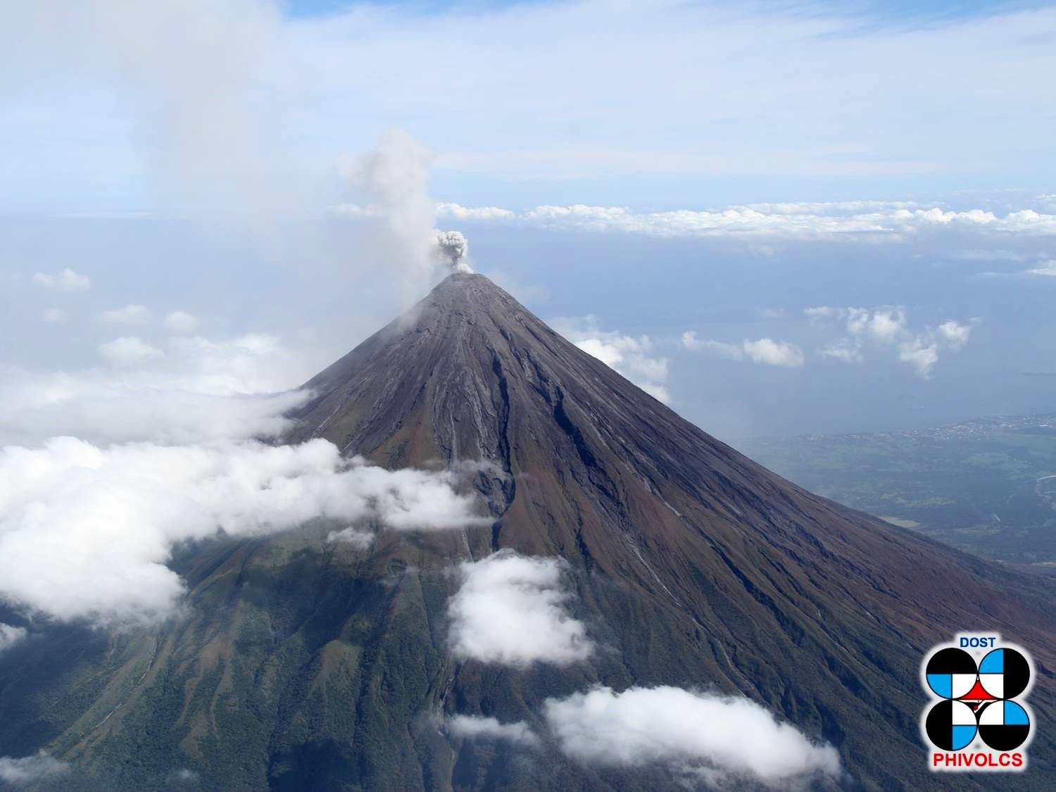 Le cône symétrique du Mayon, en alerte niveau 2 - photo archives Phivolcs 02.2018