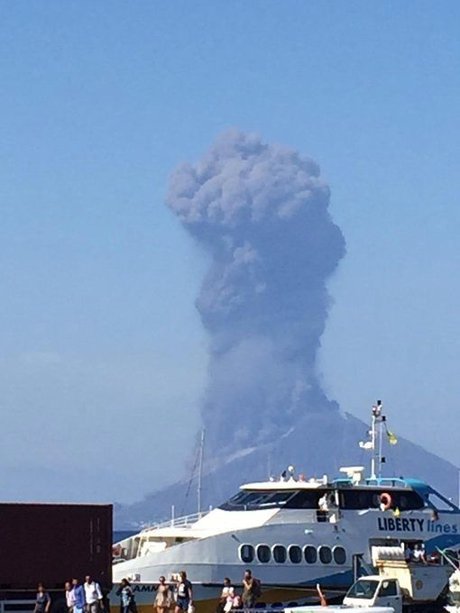 Stromboli - the plume of the local explosion 17:16 this 03.07.2019 - photo M.Ortenzi broadcast in the media including Twitter